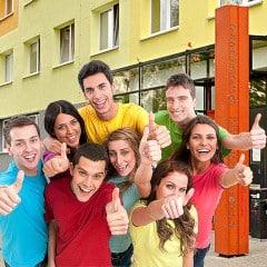 Studenten vor dem Wohnheim 7