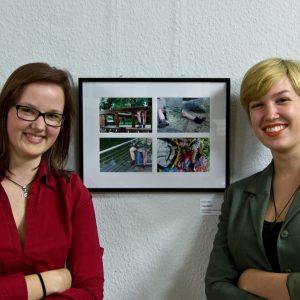 """Jessica Witt (rechts), Martin-Luther-Universität Halle, vor ihrer Fotoserie """"Augenblicke"""" (Foto: Peter Fischer)"""